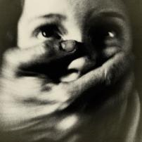 Όταν οι αρχές κλείνουν τα μάτια στην ενδοοικογενειακή βία σε βάρος των γυναικών παραβιάζουν θεμελιώδεις διατάξεις της ΕΣΔΑ
