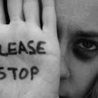 Οι κλειστές πόρτες των αρχών απέναντι σε καταγγελίες ενδοοικογενειακής βίας παραβιάζουν  το δικαίωμα σεβασμού στην ιδιωτική ζωή