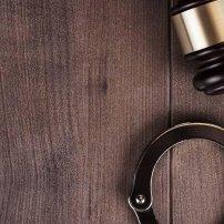 Τα διπλά πρόστιμα από διοικητικά και ποινικά δικαστήρια «φυλακίζουν» το τεκμήριο αθωότητας