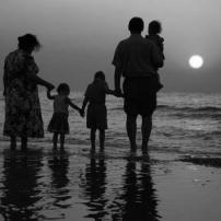 Η αποκοπή του ομφάλιου λώρου από την οικογένεια, ο θεσμός της αναδοχής και ο σεβασμός στο δικαίωμα της ιδιωτικής ζωής